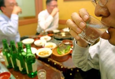 과음은 개인의 건강뿐만 아니라 사회적 문제를 야기하기 때문에 많은 나라가 저위험 음주량을 제시하고 있다. 최근 한국건강증진재단도 '저위험 음주 가이드라인'을 만들어 배포했지만 세계보건기구(WHO) 기준을 바탕으로 만들었기 때문에 한국 사람의 체질이 제대로 반영되지 못했다는 지적도 많다. - 동아일보DB 제공